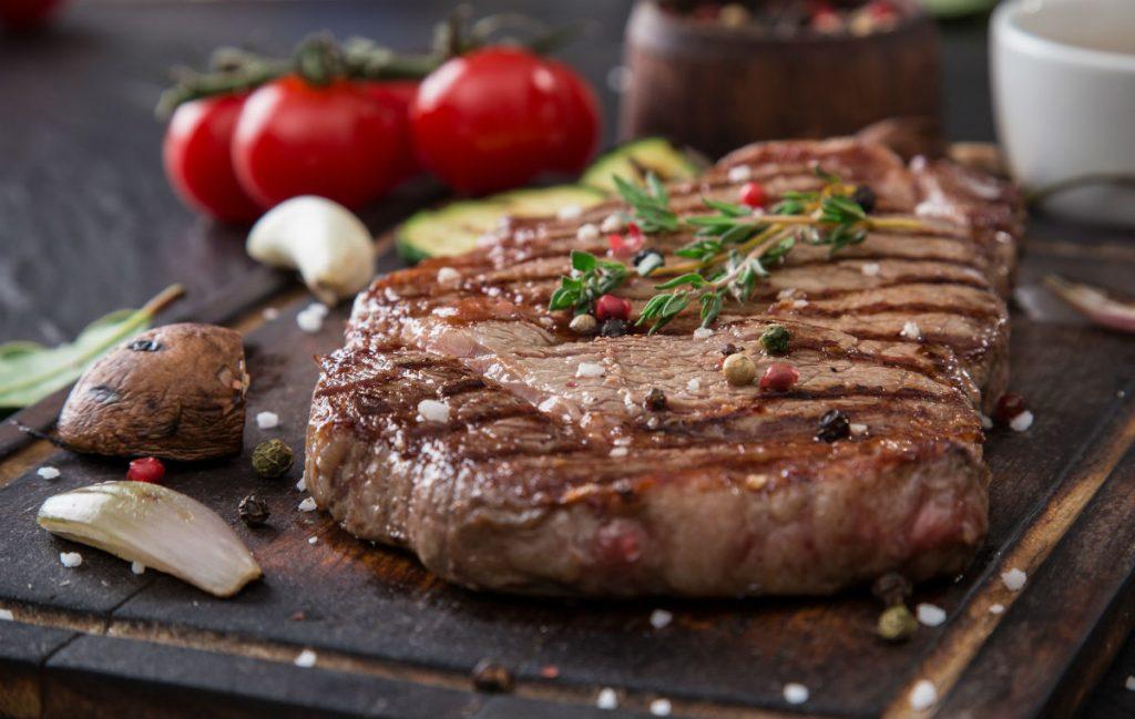 carne a la parrilla jugosa